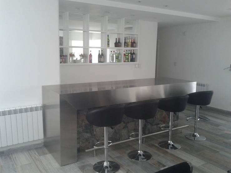 Mueble Bar minimalista, realizada en laca negra brillante , laca blanca semimate y mesadas y detalles de acero inoxidable.: Livings de estilo  por Flag equipamientos