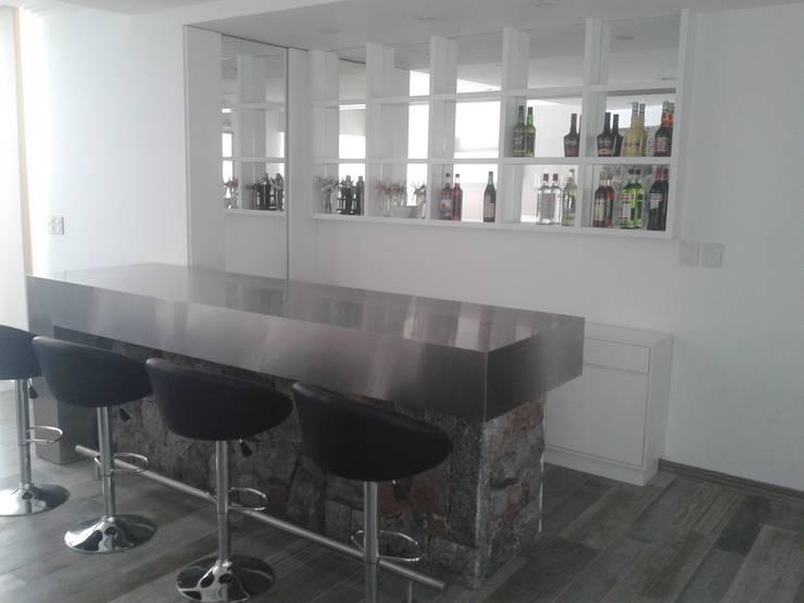 Cocina moderna minimalista, realizada en laca negra brillante , laca blanca semimate y mesadas y detalles de acero inoxidable.: Livings de estilo  por Flag equipamientos