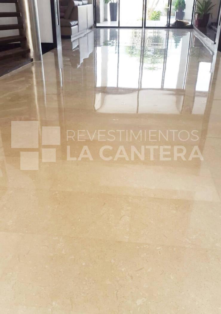 Pisos de Mármol Crema Marfil: Salas / recibidores de estilo  por Revestimientos La Cantera c.a.