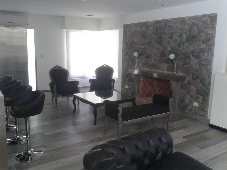 Muebles con acabado en laca negra brillante y tela de pana negra chimenea  revestida en piedra y estante de acero: Livings de estilo  por Flag equipamientos