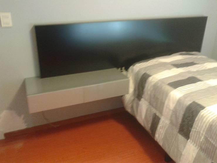 Respaldo con acabado en laca gris plata con glliter brillante  y laca negra brillante: Dormitorios infantiles  de estilo  por Flag equipamientos