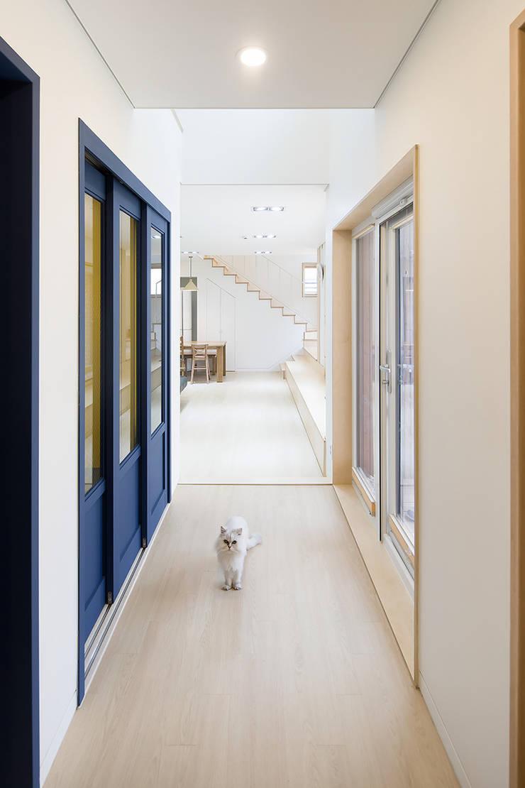온정당 : 소하  건축사사무소    SoHAA의  복도 & 현관,모던
