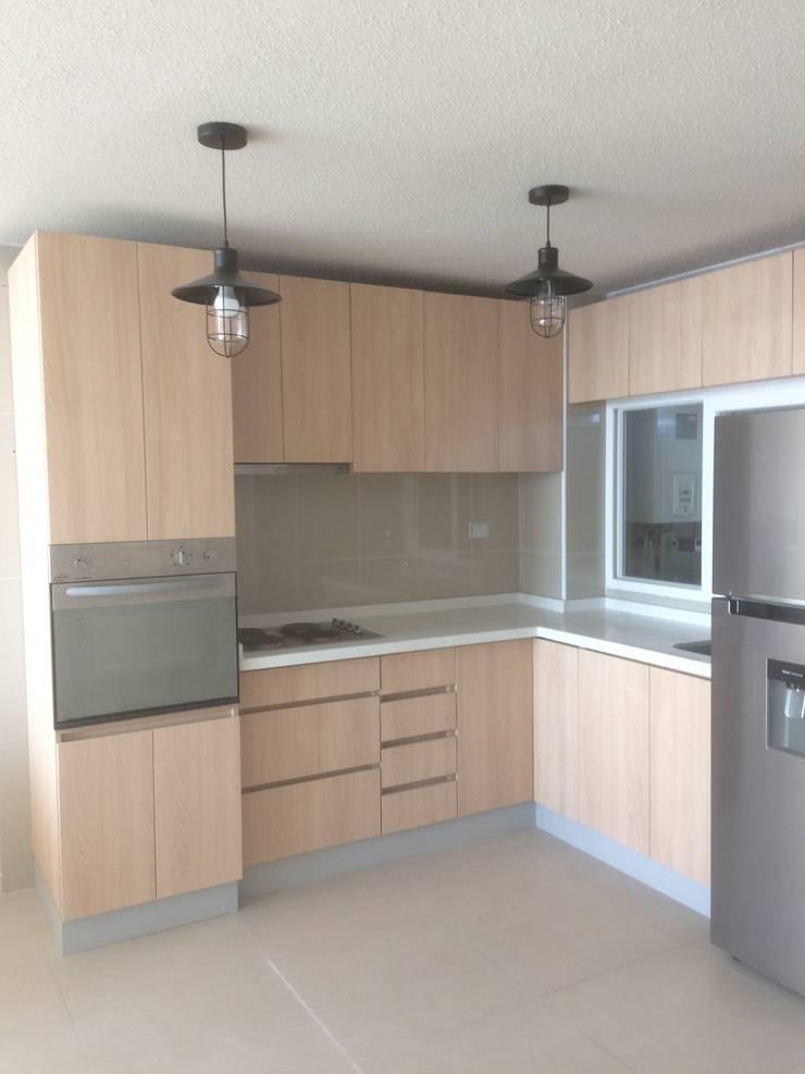 Cocina terminada con cubierta de granito :  de estilo  por N.Muebles Diseños Limitada