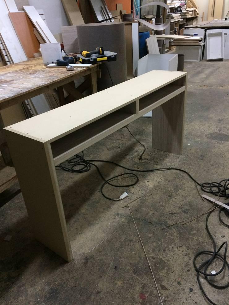 Fabricación mesa, librero y arrimo : Hogar de estilo  por N.Muebles Diseños Limitada
