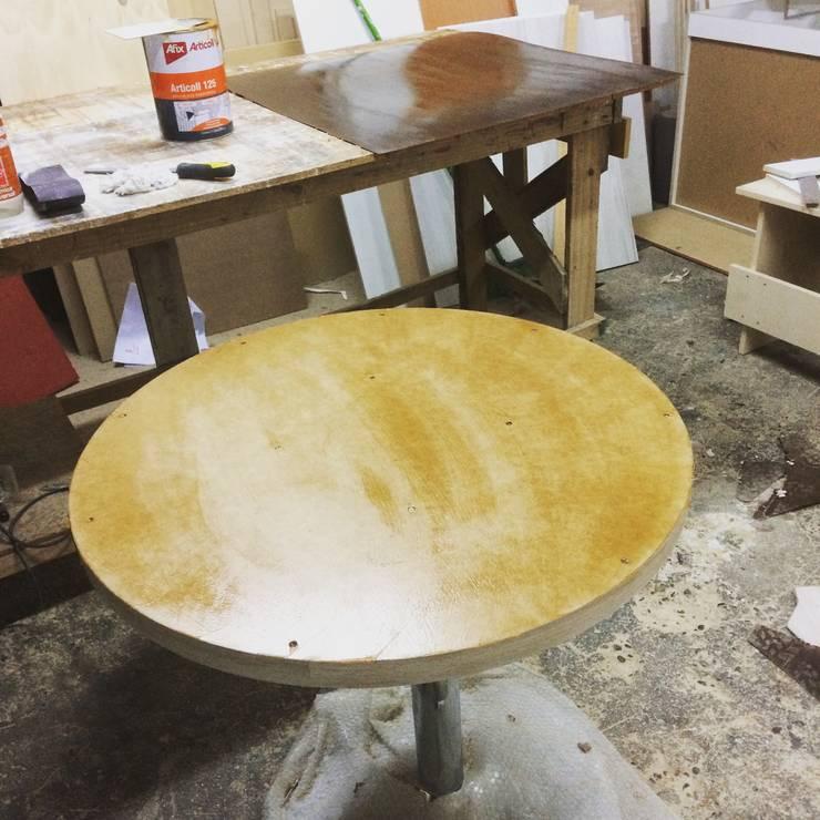 Revestimiento de mesa redonda : Comedores de estilo  por N.Muebles Diseños Limitada