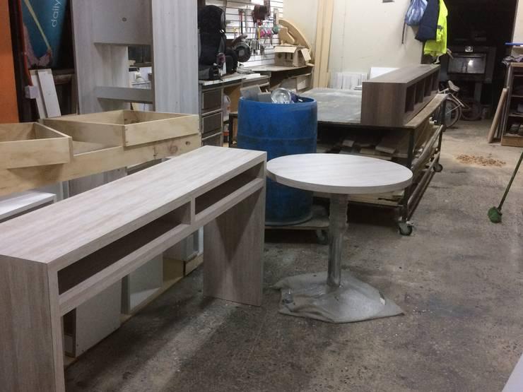 Arrimo y librero listo para instalar : Comedores de estilo  por N.Muebles Diseños Limitada
