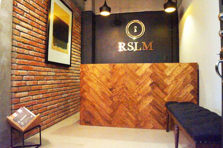 Recepcion: Oficinas y tiendas de estilo  por Quinto Distrito Arquitectura