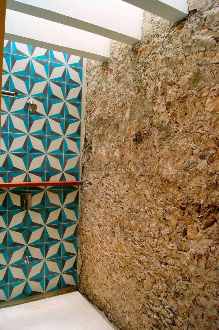 Baños de estilo  por Quinto Distrito Arquitectura, Ecléctico Piedra