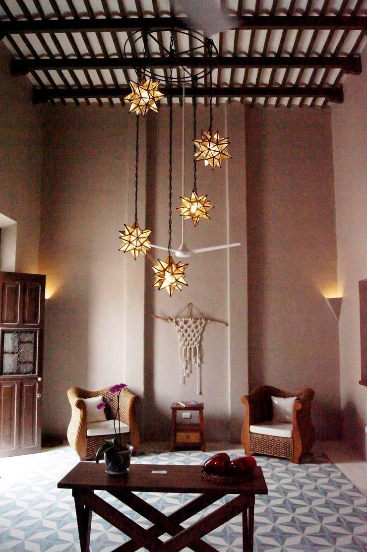 Salas / recibidores de estilo  por Quinto Distrito Arquitectura, Ecléctico Azulejos