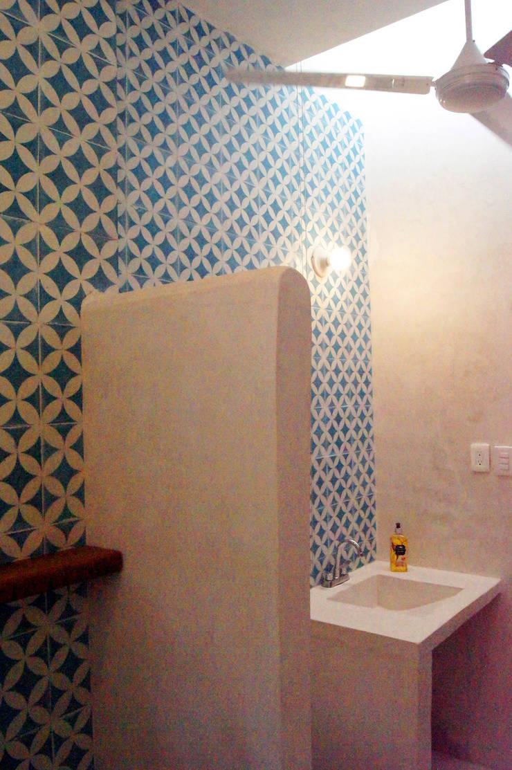 Baños de estilo  por Quinto Distrito Arquitectura, Ecléctico Azulejos