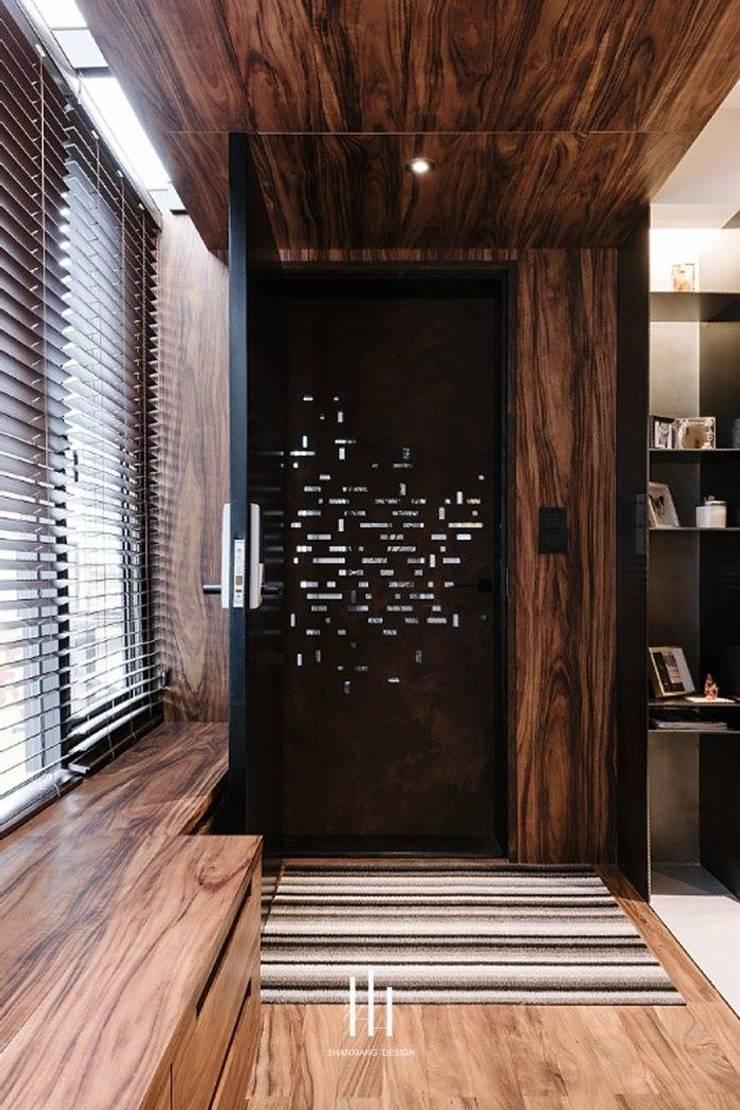 台北西湖-住宅案:  走廊 & 玄關 by 山巷室內設計