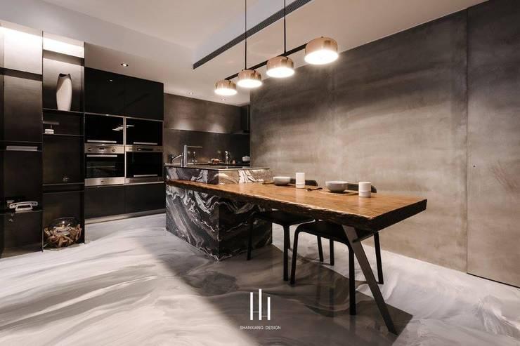 台北西湖-住宅案:  餐廳 by 山巷室內設計