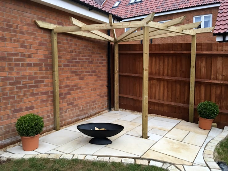 Building the pergola in the private area:  Garden by Jane Harries Garden Designs