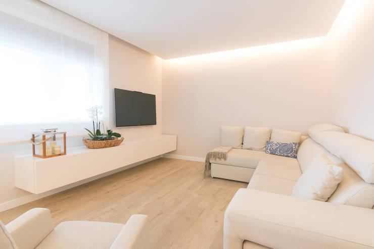 Salas / recibidores de estilo minimalista por Rooms de Cocinobra