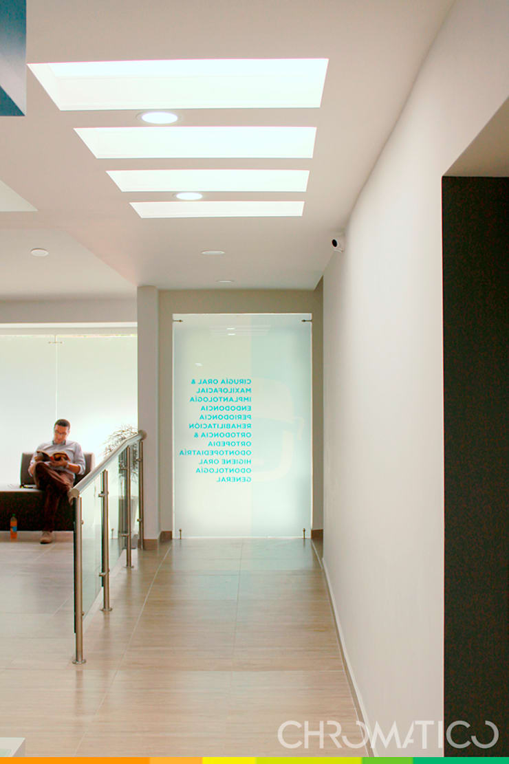 Oral Maxi – Clínica Maxilofacial: Casas de estilo  por Chromatico Arquitectura, Moderno
