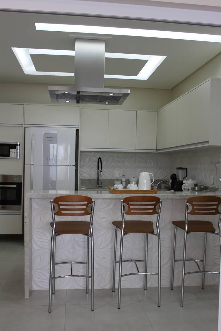 Kitchen by Arquiteta Bianca Monteiro, Modern Ceramic