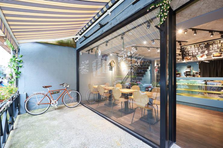 通透感十足的落地大門。:  餐廳 by 有偶設計 YOO Design