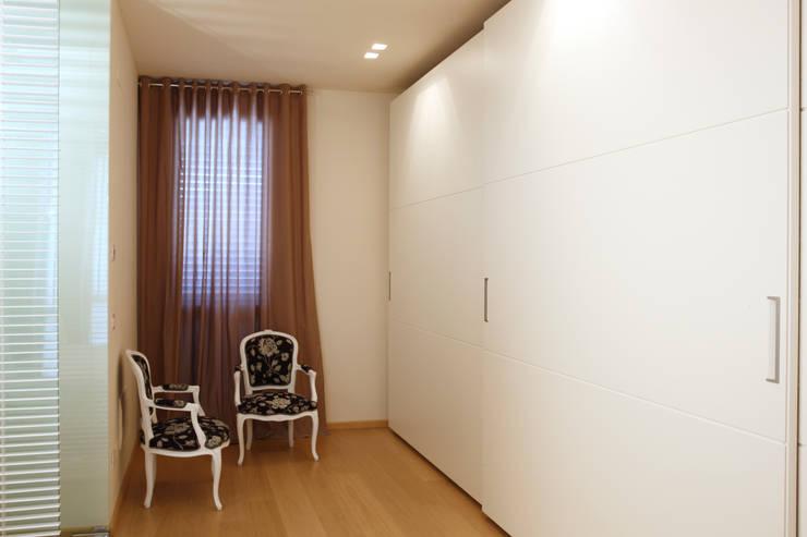 Closets de estilo moderno por Daniela Nori