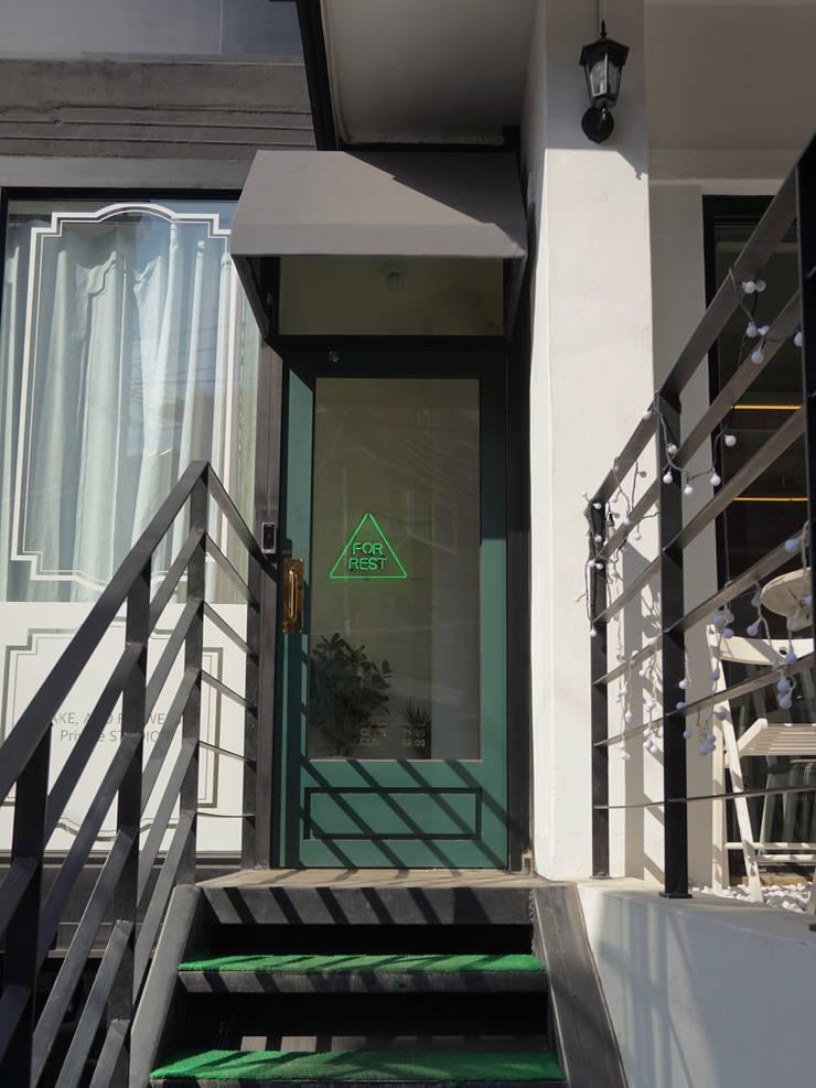 연남동 이탈리안 레스토랑 포레스트 내외부 설계 및 시공감리: 마당디자인 / MADANGDESIGN의  레스토랑