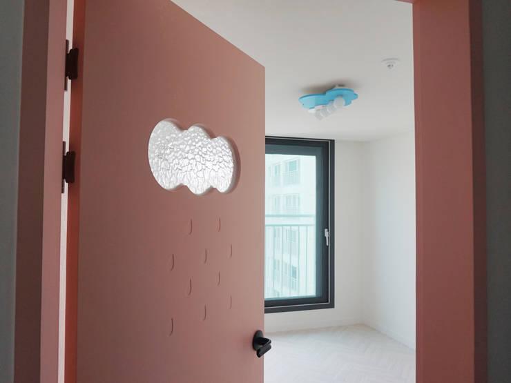 미사강변도시 아파트 신혼부부 20평 인테리어: 마당디자인 / MADANGDESIGN의  방