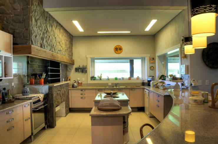 Cocinas de estilo rural por CABRAL Arquitetos