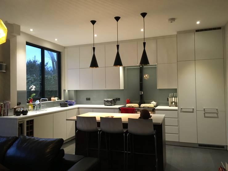 Kitchen bar:  Kitchen by A2studio, Modern