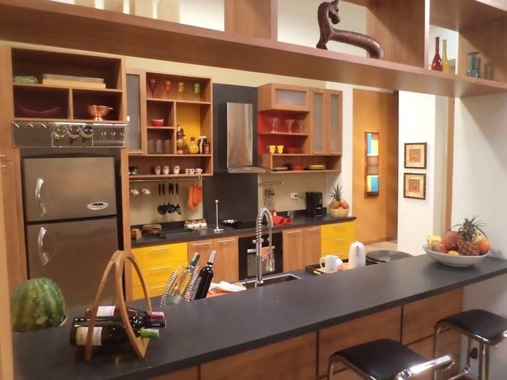 COCINA abierta a la sala: Cocinas de estilo mediterraneo por ERGOARQUITECTURAS FL C.A.