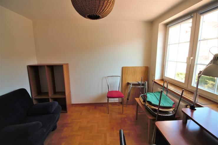 Druga sypialnia przed: styl , w kategorii  zaprojektowany przez Mhomestudio
