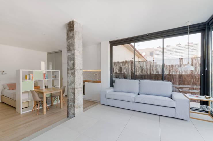 Salas / recibidores de estilo minimalista por MIREIA PIQUÉ.........asesora, home personal shopper y personal shopper inmobiliario