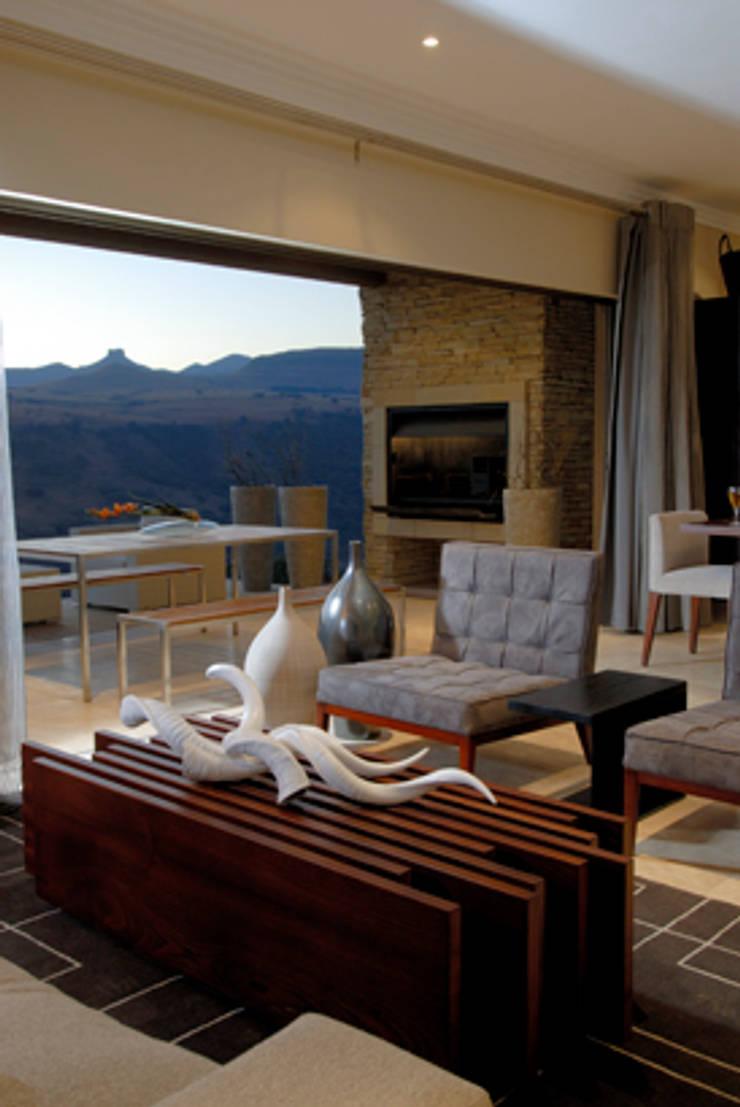 Nondela 3:  Living room by Full Circle Design, Modern