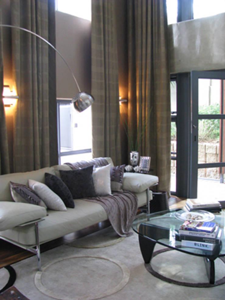 Icon @ Hydepark:  Living room by Full Circle Design, Modern