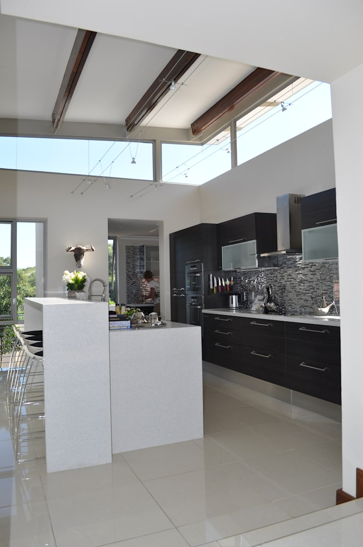 Ballito House KZN:  Kitchen by Karel Keuler Architects, Modern