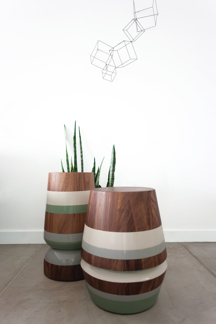 CAPIRUCHO STOOL & SIDE TABLE:  Living room by LABRICA