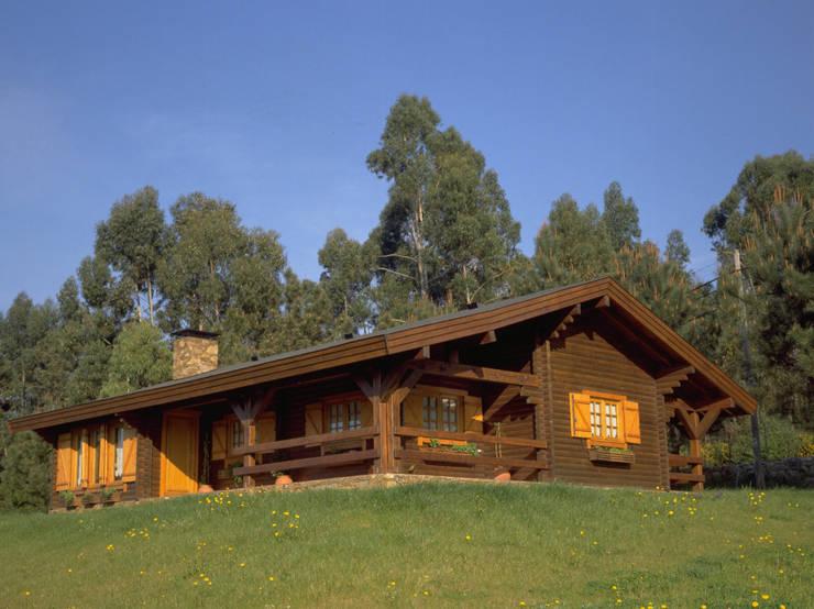 Chalets & maisons en bois de style  par Rusticasa