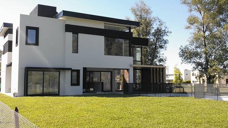modern Houses by Grupo PZ