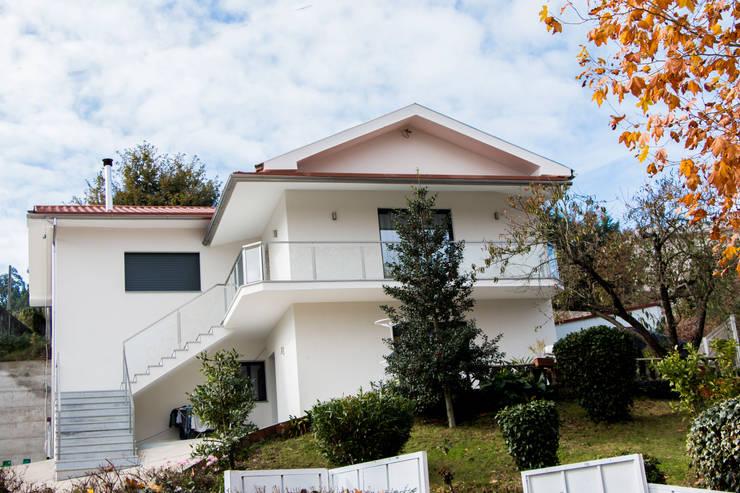 modern Houses by Grupo HC