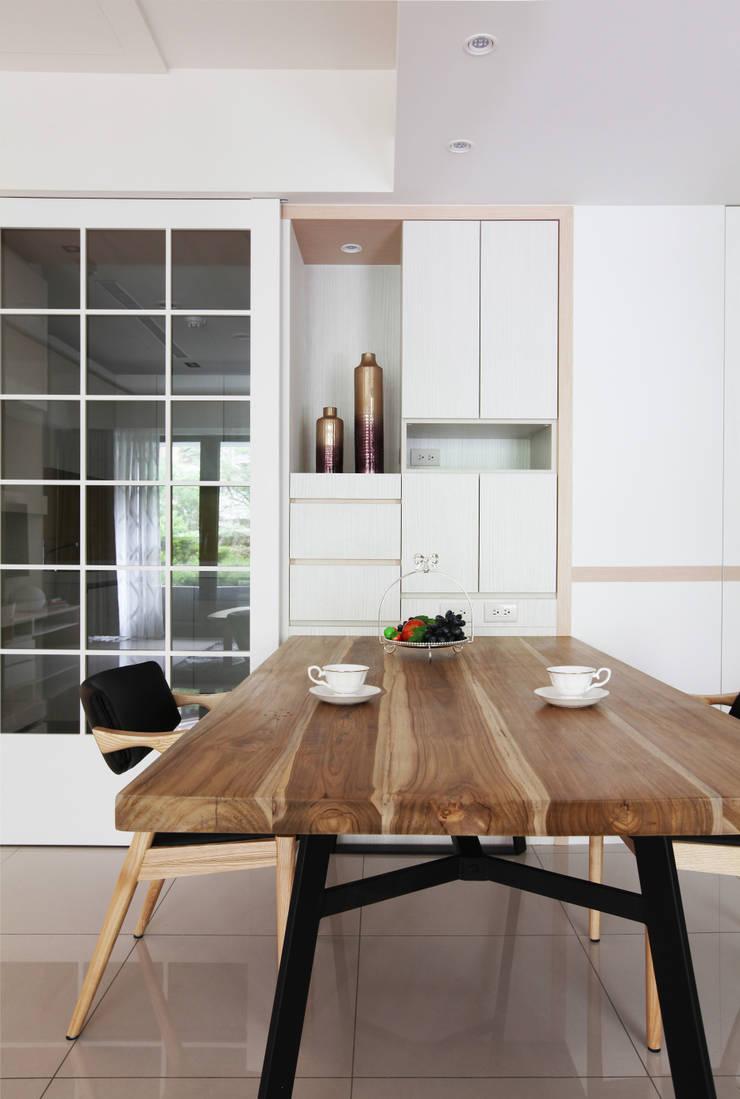 Salle à manger de style  par 築一國際室內裝修有限公司, Moderne