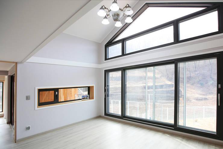 경북 경산 쌍둥이 박공지붕 이층집: 한글주택(주)의  거실