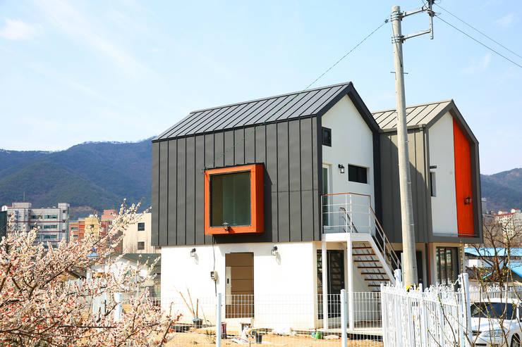 경북 경산 쌍둥이 박공지붕 이층집: 한글주택(주)의  주택,