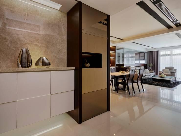 Smiley Manor:  走廊 & 玄關 by 築一國際室內裝修有限公司