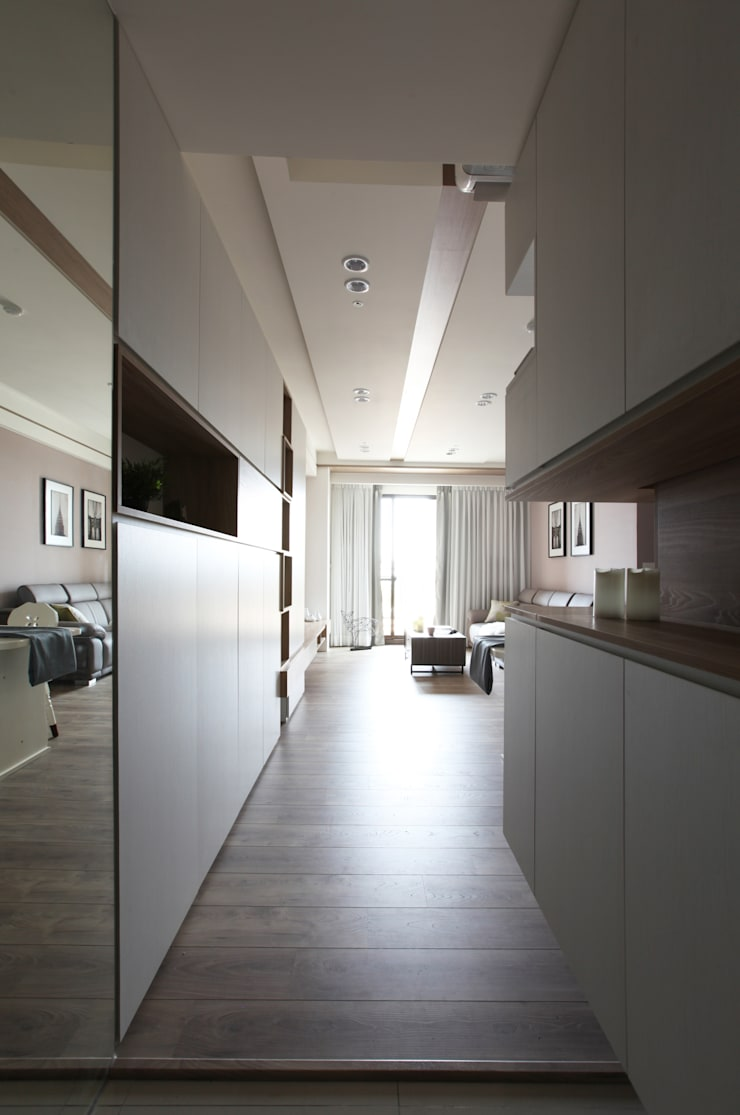 Corridor & hallway by 築一國際室內裝修有限公司