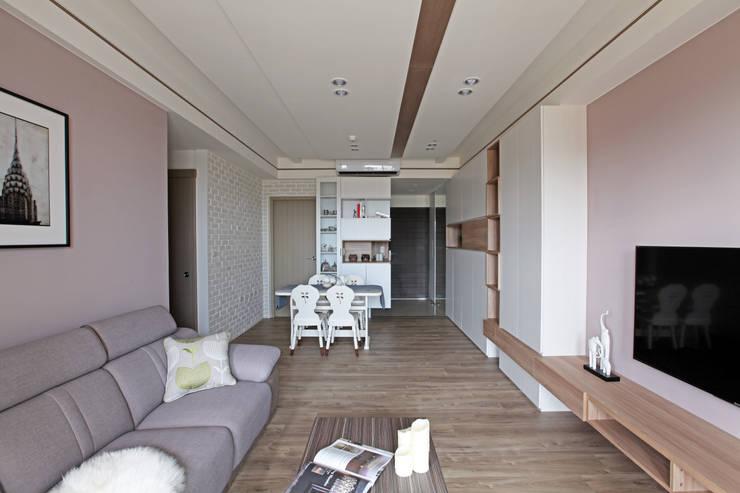 Living room by 築一國際室內裝修有限公司