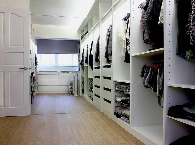 Coigne:  更衣室 by 築一國際室內裝修有限公司