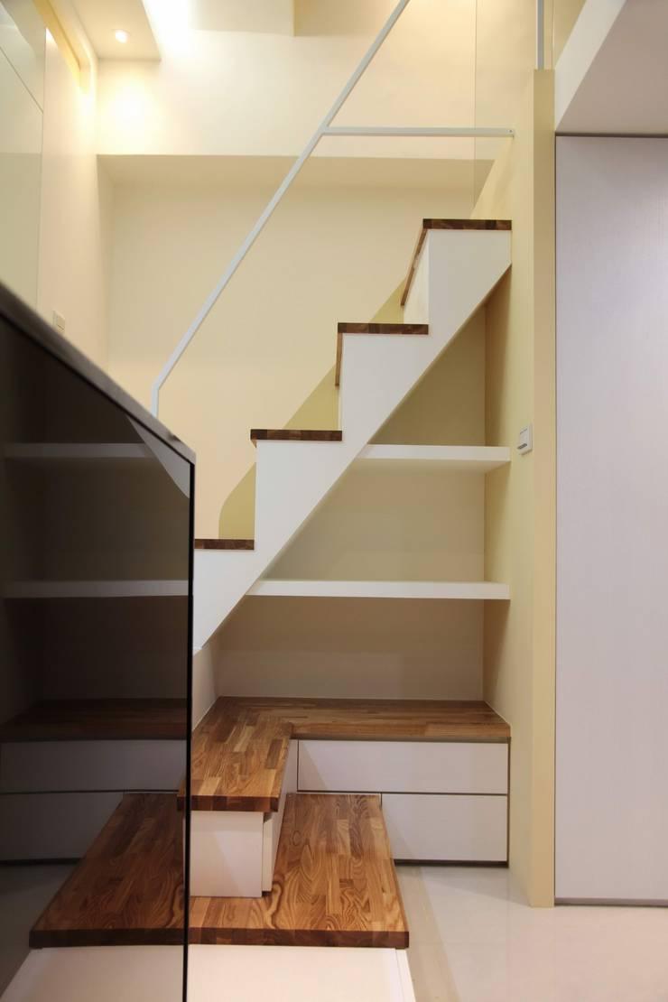 Curvature:  客廳 by 築一國際室內裝修有限公司