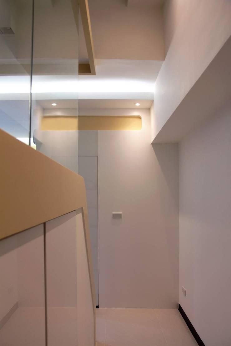 Curvature:  走廊 & 玄關 by 築一國際室內裝修有限公司
