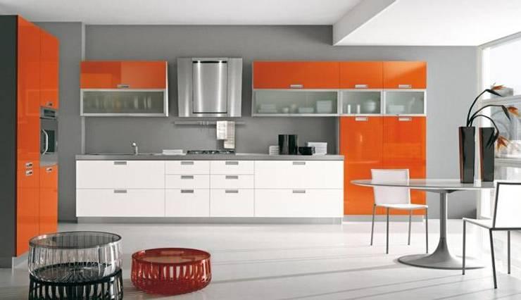 Feza Mutfak – Turuncu beyaz akrilik mutfak dolabı: modern tarz Mutfak