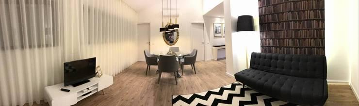 Sala de jantar com mesa redonda pé em metal e apontamentos de dourado no espelho e lustre.: Salas de jantar  por Alma Braguesa Furniture