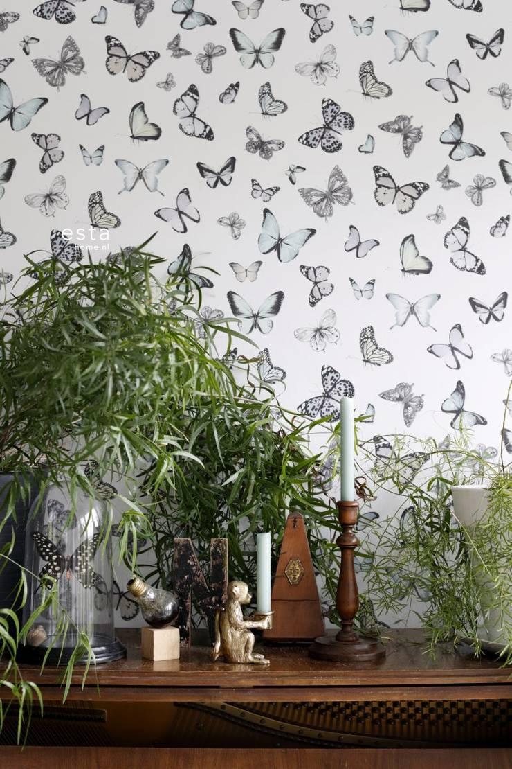 vliesbehang fladderende vlinders licht pastel mint groen en licht pastel lila paars:   door ESTAhome.nl, Tropisch