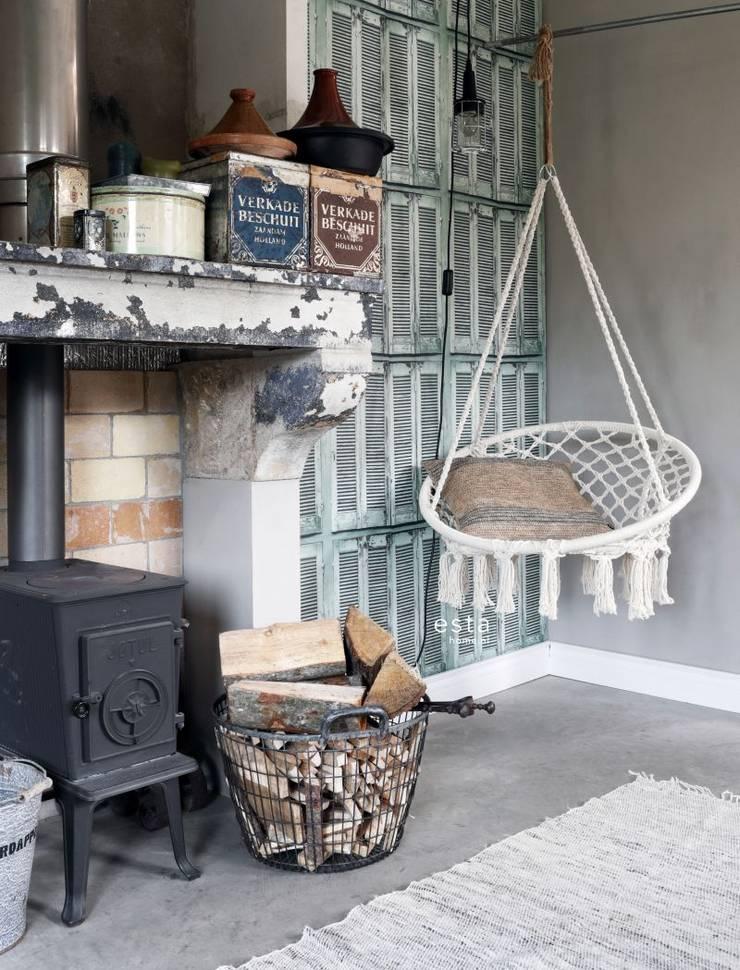 vliesbehang verweerde houten Franse vintage louvre luiken vergrijsd groen:   door ESTAhome.nl, Rustiek & Brocante