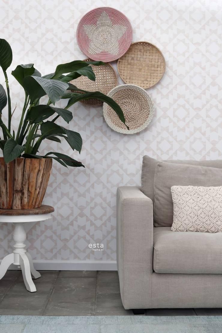 krijtverf eco texture vliesbehang aztec marrakech ibiza tapijt perzik roze en mat wit:   door ESTAhome.nl, Eclectisch